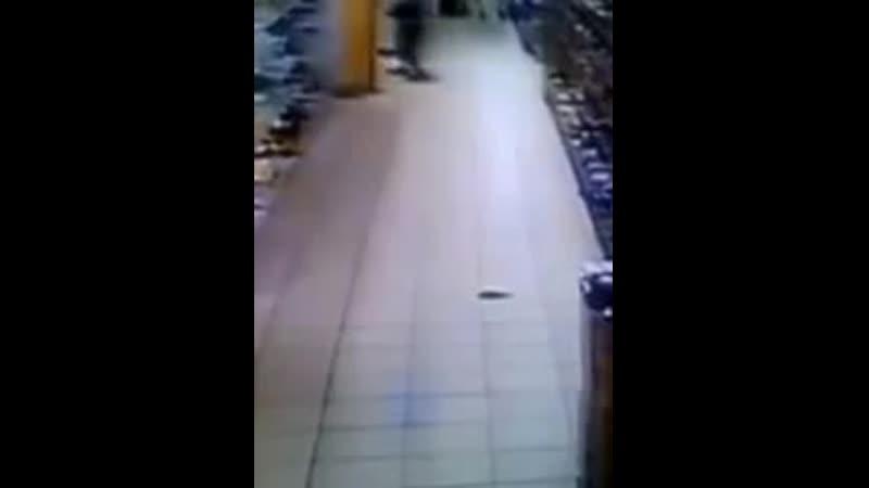 Ужасные кадры как маленький террорист заложил бомбу прямо по середине гипермаркета К сожалению есть один пострадавший