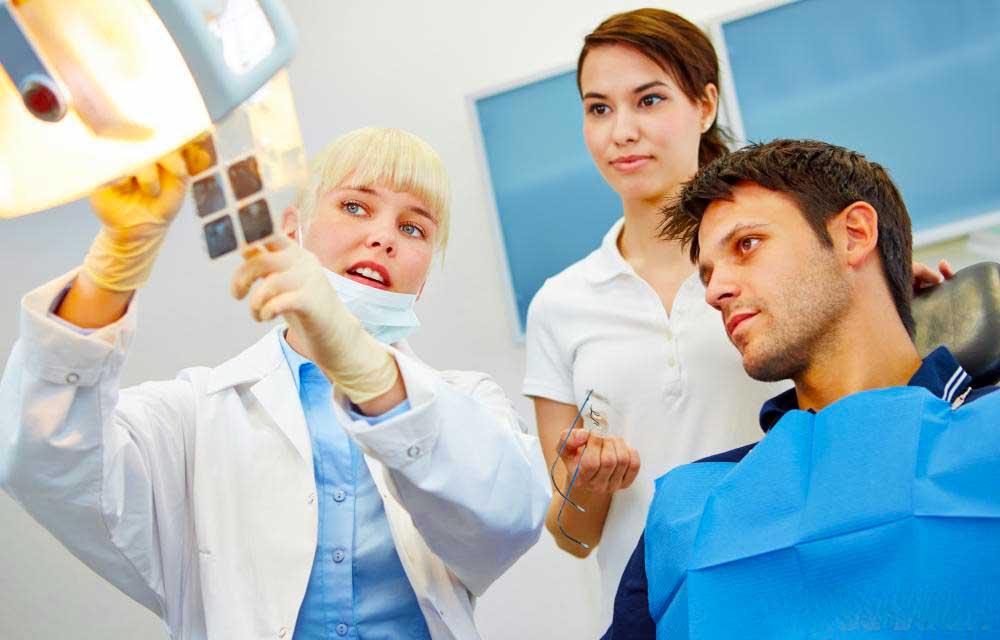 Прежде чем ставить зубные коронки делается рентген.