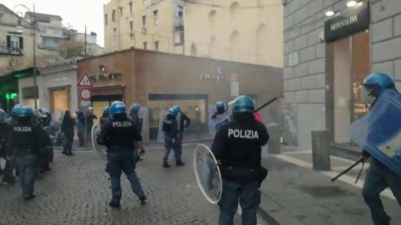 Napoli bombe carta alla protesta dei disoccupati e lavoratori dello spettacolo