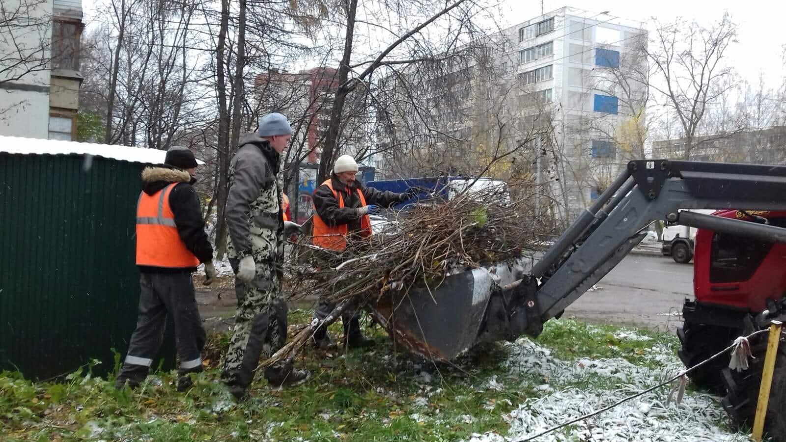 Проспект Строителей, 36. Утилизация веток деревьев.