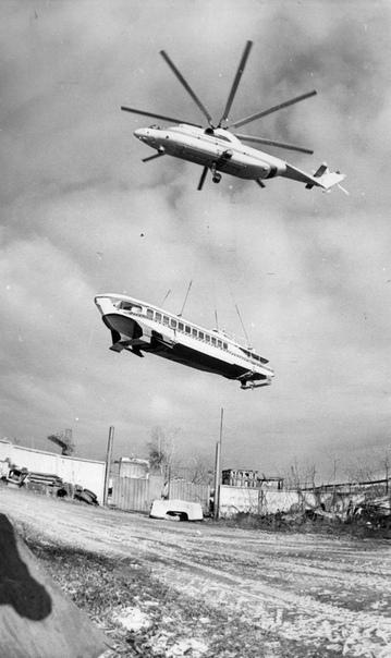Ми26 перевозит «Ракету» из Перми в Кыштым, Россия, 1995 год. Суда на подводных крыльях, такие как «Ракеты» и «Метеоры», после списания часто используются как памятники, музеи или