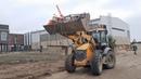 Погрузчик JCB 4CX на объекте Загружен по полной! Прораб гоняет трактор по стройке в хвост и в гриву