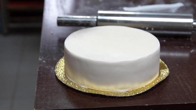 Как обтянуть торт сахарной мастикой 2