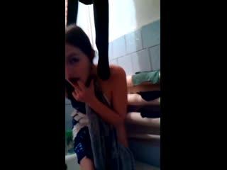 Малолетка школьница снимает на телефон голую свою подругу 18+
