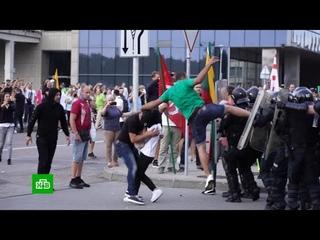 """Спецназ вЛитве жестко разогнал протестующих против """"прививочных"""" паспортов"""