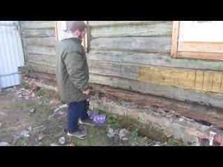 Подготовка к монтажу сайдинга. Старый бревенчатый дом у которого сгнил первый венец