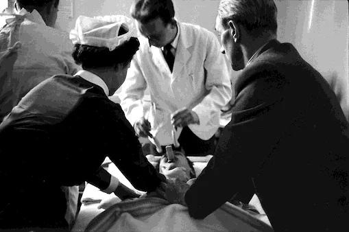 Электрошоковая терапия в психиатрической больнице, Огайо, 1956 год.