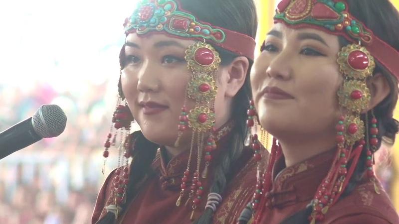 Монгольские артисты выступают перед Его Святейшеством Далай-ламой в Бодхгае, Бихар, Индия (2018)