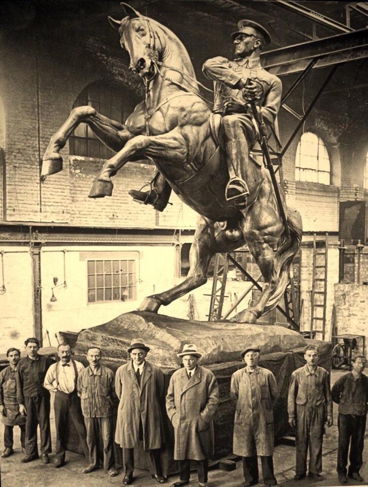Австрийский скульптор Генрих Криппель, на фоне монументальной статуи Ататюрку в Турции, 1932 год.