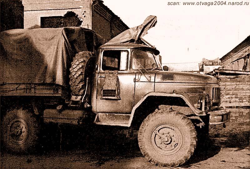 Зил-131. На крыше кабины – закрытый чехлом ПКС. Еще одна войсковая импровизация. Место стрелка – запасное колесо за кабиной. Чечня, г. Грозный, 11 ноября 2000 года