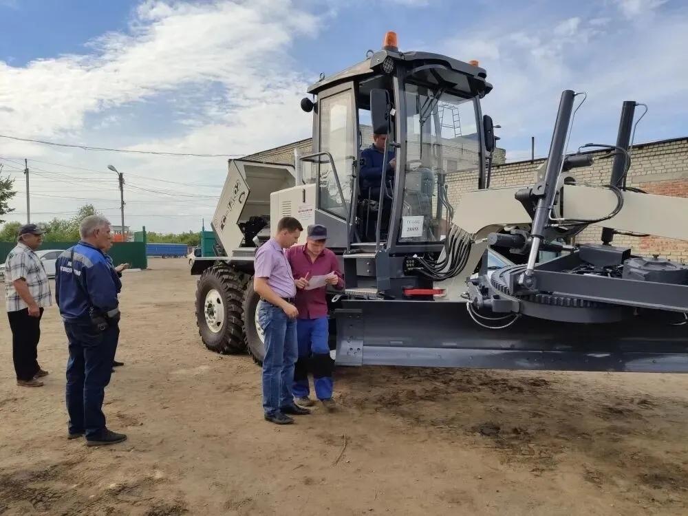 Сегодня в Петровск доставили новый грейдер, приобретённый для коммунальной городской службы