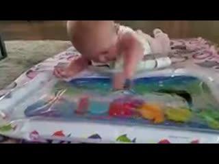 Укрепляет руки, спину и шею малыша
