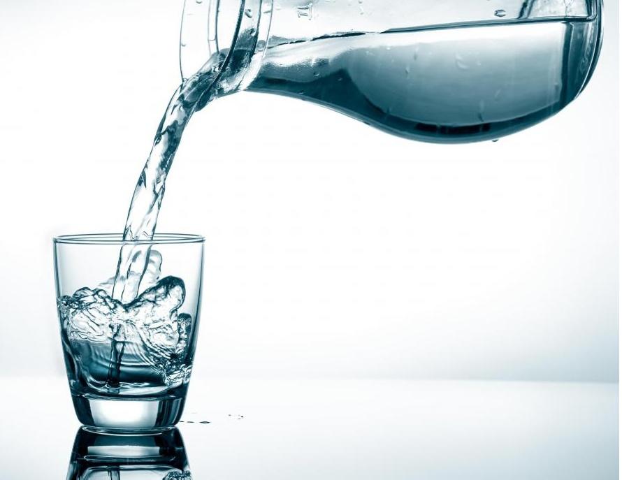 Очищающие диеты обычно состоят из питья большого количества воды.
