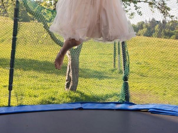 Восьмилетняя девочка умерла после того, как опекуны заставили её прыгать на батуте в жару Теперь садистам грозит смертная казнь. 29 августа офицеры прибыли по вызову медиков и обнаружили на