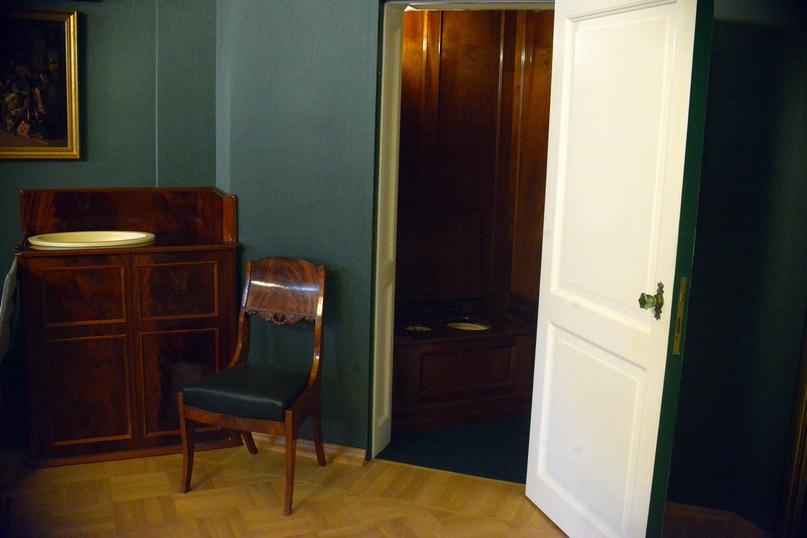 Большой военный кабинет Николая I в Арсенальном каре. Умывальник и ватерклозет Николая I.