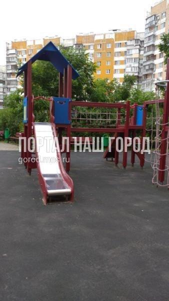 Детская площадка во дворе на Генерала Кузнецова снова стала комфортной для игр