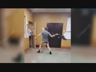Суд вынес приговор мужчине, атаковавшему полицейского снятыми штанами
