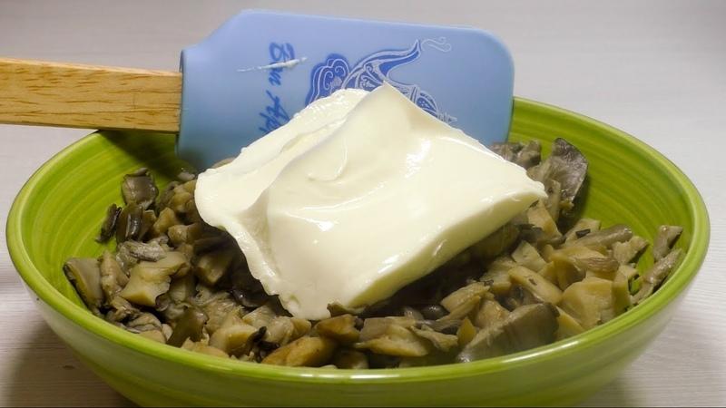 Добавляем плавленый сыр в начинку и заворачиваем как показано в видео