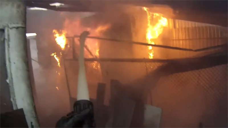 Огнеборец запечатлел пожар на головную камеру Real video