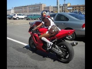 Девушка на мотоцикле въезжает в зад!!!
