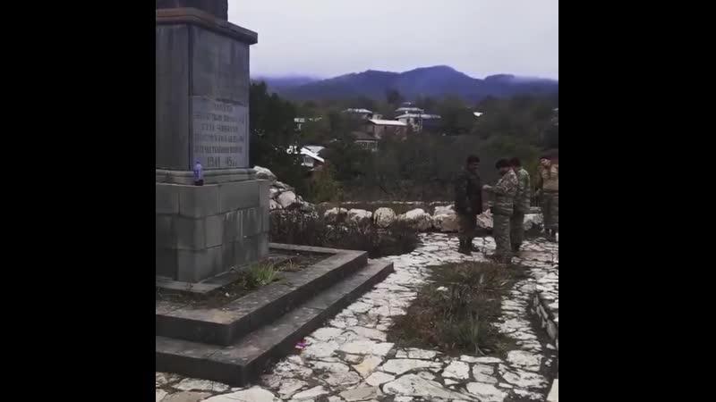 азеры стреляют по памятнику ВОВ