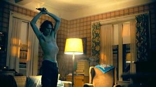 Артур танцует с пистолетом у себя дома. Джокер 2019