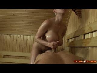 стройная шлюха блондинка с большой грудью дрочит парню в бане банное порно секс с сисястой орал анал  трах