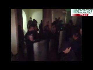 Милиция не оказала сопротивления народным ополченцам и под аплодисменты покинула здание.