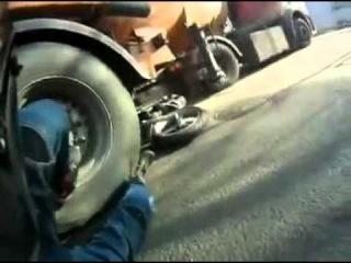 Байкер влетел под колеса бензовоза