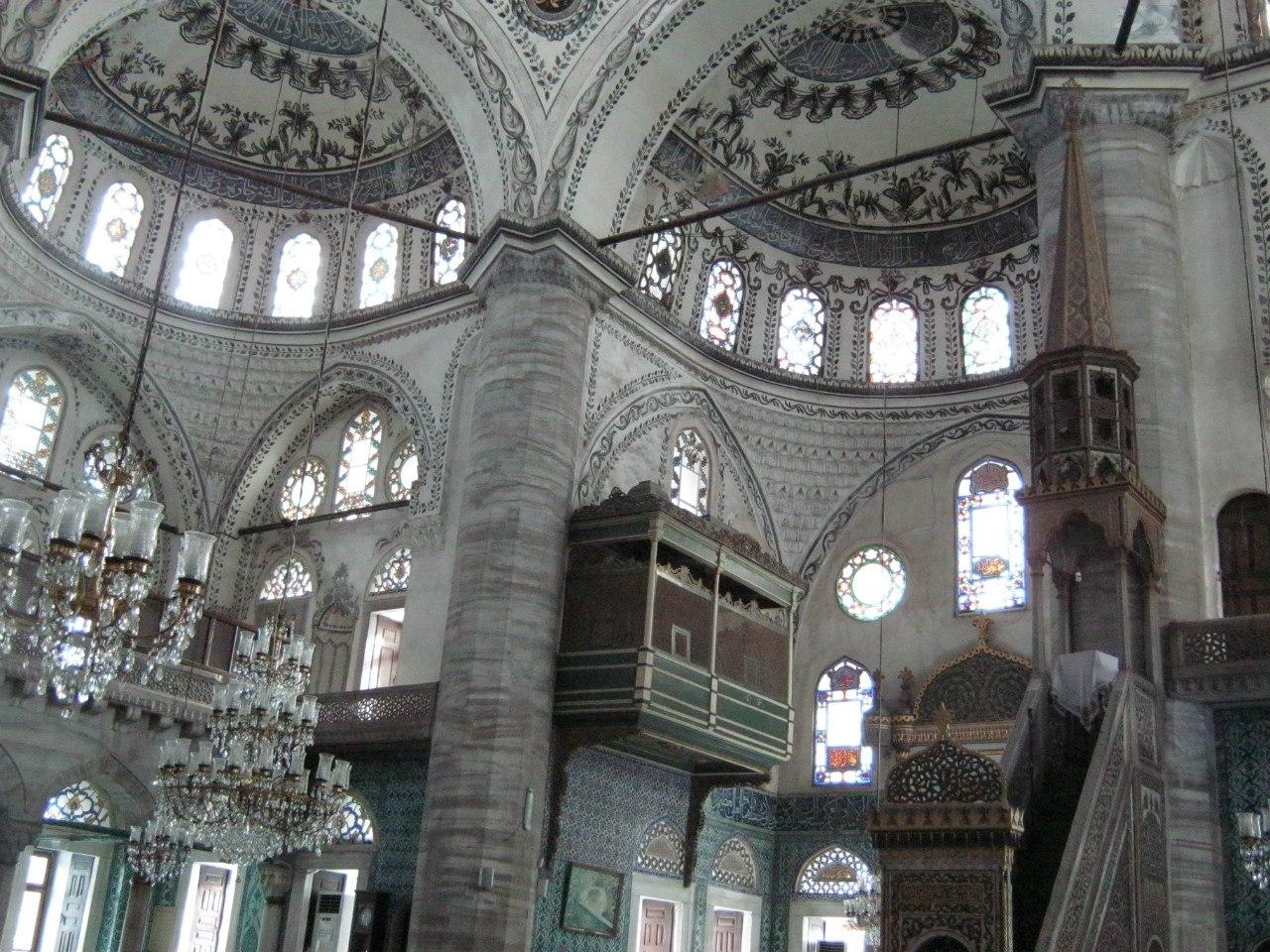 много старинных мечетей в Стамбуле