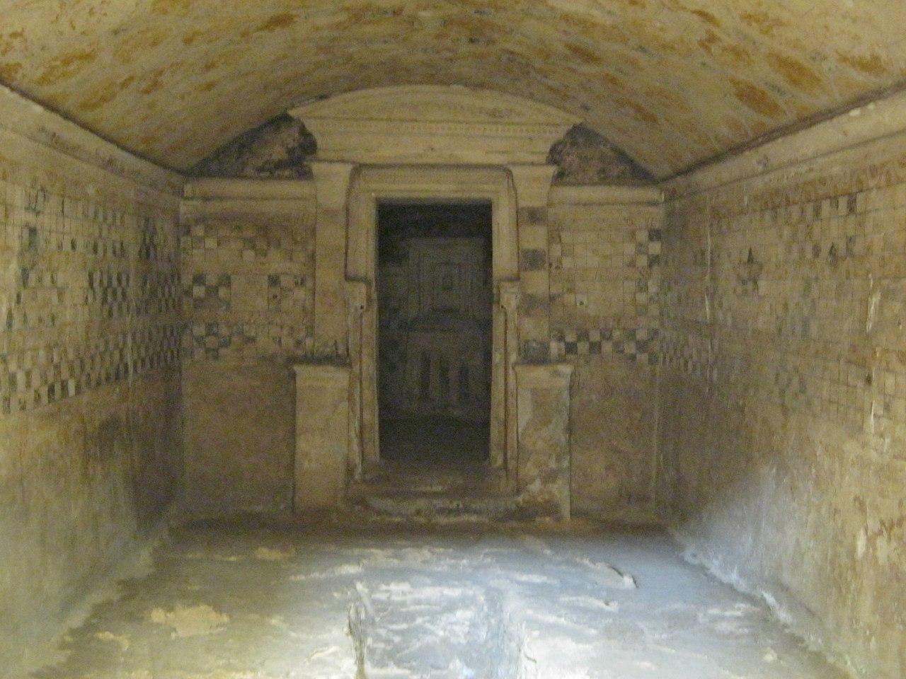 Гробница Анфуши, вырезанная внутри скалы в Александрии.