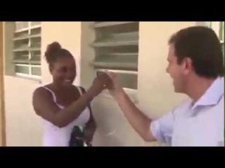 O prefeito do RJ, Eduardo Paes Expõe mulher negra e pobre