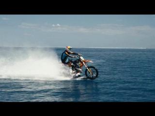 Кроссовый мотоцикл в океане - самое эпичное видео 2015!