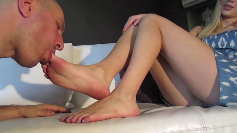 Видео облизывает босые ножки своей девушке — 2