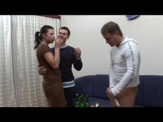 Напоили и трахнули занялись сексом с пьяной девушкой пьяная бухая тёлка дала в попку анал вдвоём групповое