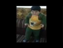 Маленький мальчик танцует очень круто