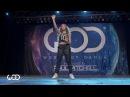 Красивая девушка танцует нереально круто