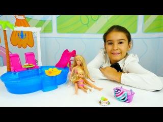 Barbie ve kardeşi havuz partisine gidiyorlar ve eğleniyorlar - Barbie oyunları ve kız oyuncakları!