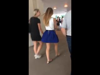 Почти случайно задрали девочке юбку