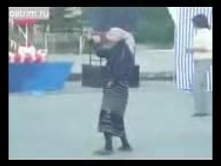 бабуля нереально пластично танцует.mp4