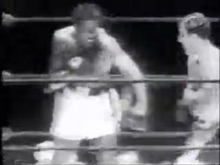 Рокки Марчиано (Самый мощный нокаутер в боксе) удар 2 000 кг ( сравнение: у Тайсона 1000 кг).