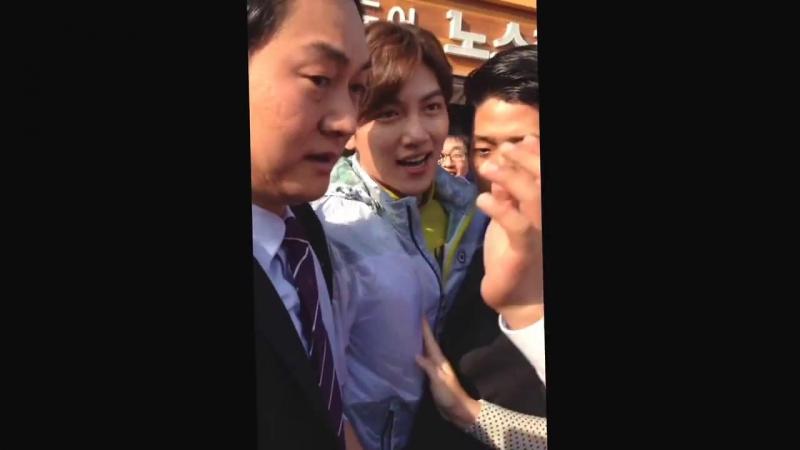 Чжи Чан Ук возвращается после автограф-сессии для NorthCape, 31.05.2014