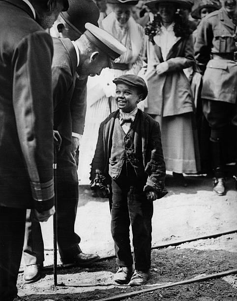 Король Георг V разговаривает с ребенком-шахтером в Сандерленде, Англия, 1911 год.