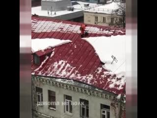 Дворник упал с крыши дома убирая снег