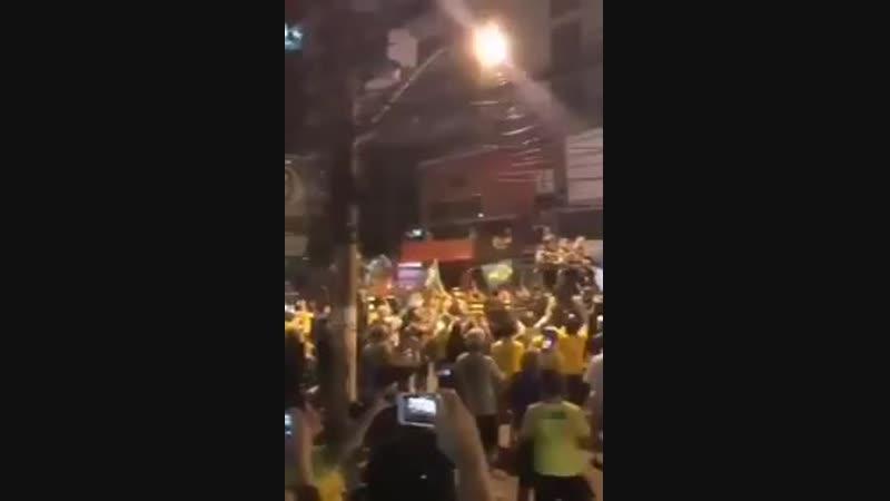 Larmée brésilienne qui défile en arme dans les rues pour fêter la victoire de Bolsonaro