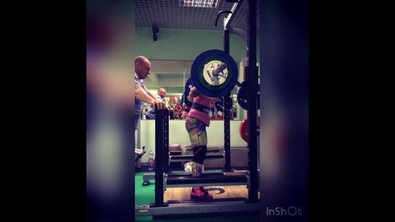 90 кг( 198 lbs) на 3 повторения.