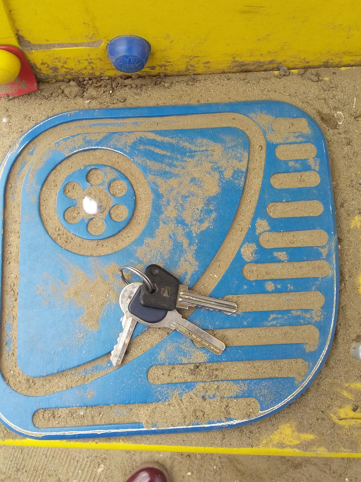1) На дитячому майданчику,в районі Площі, було знайдено ключи,відам власнику.