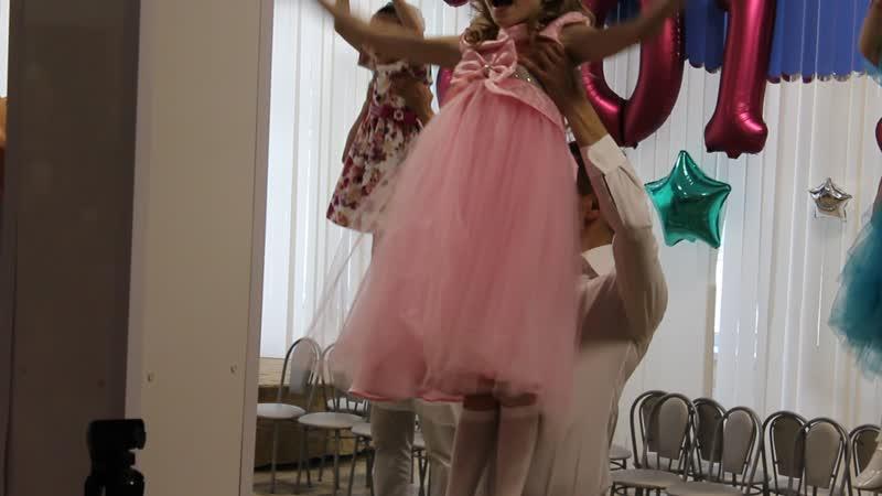 Танец папы с дочкой на выпускном Амины из детского сада