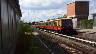 4 delige S-bahn (Baureihe 485) komt aan in Berlin-Schöneweide