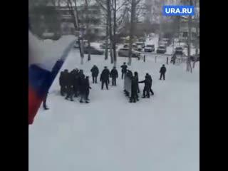 Люди в форме в школе проводят учения по разгону митингов